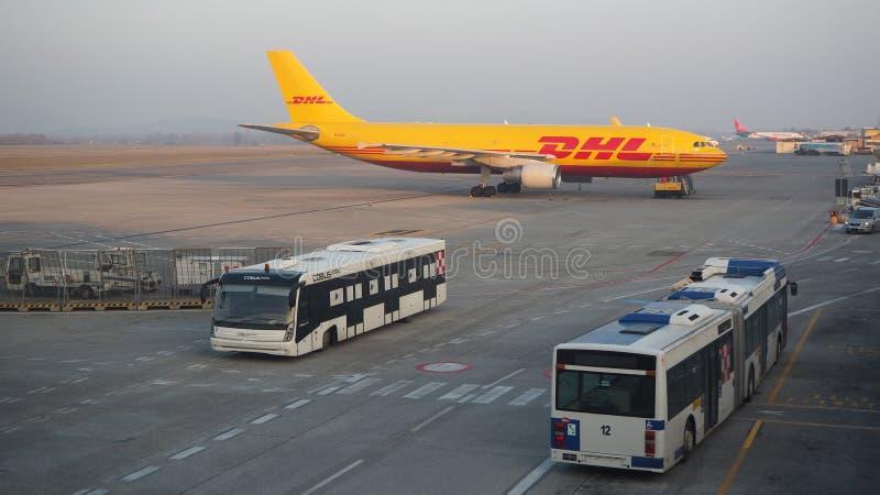 DHL Boeing 767 på Milano Bergamo den internationella flygplatsen royaltyfri foto