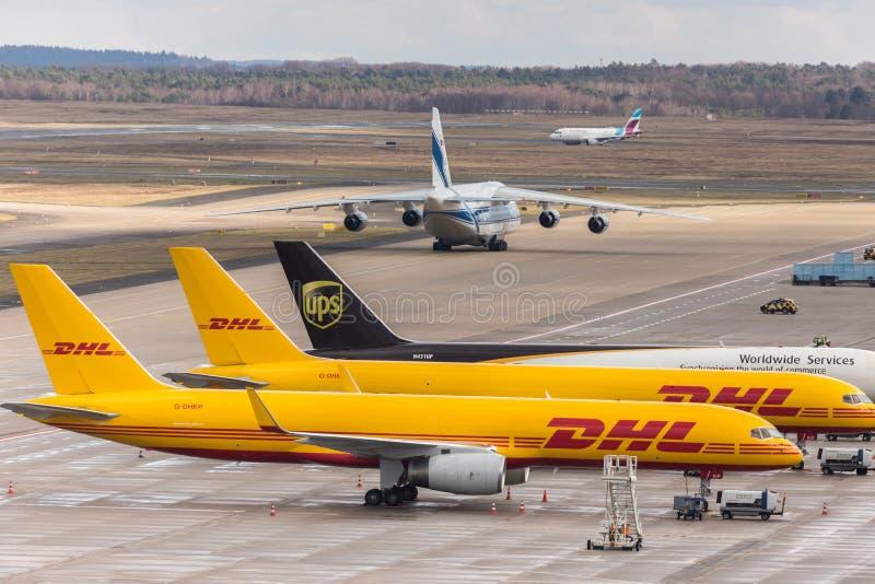DHL-Frachtflugzeuge und Antonow-Transportflugzeug an Colognebonn-Flughafen Deutschland lizenzfreies stockbild