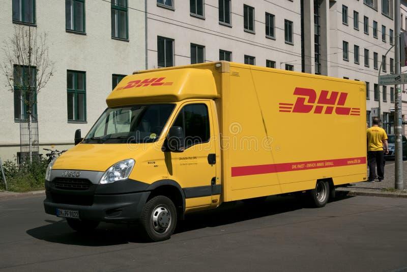 DHL-Lieferwagen Berlin DHL ist das Welt-` s größte Logistikunternehmen, das auf der ganzen Welt funktioniert stockbild