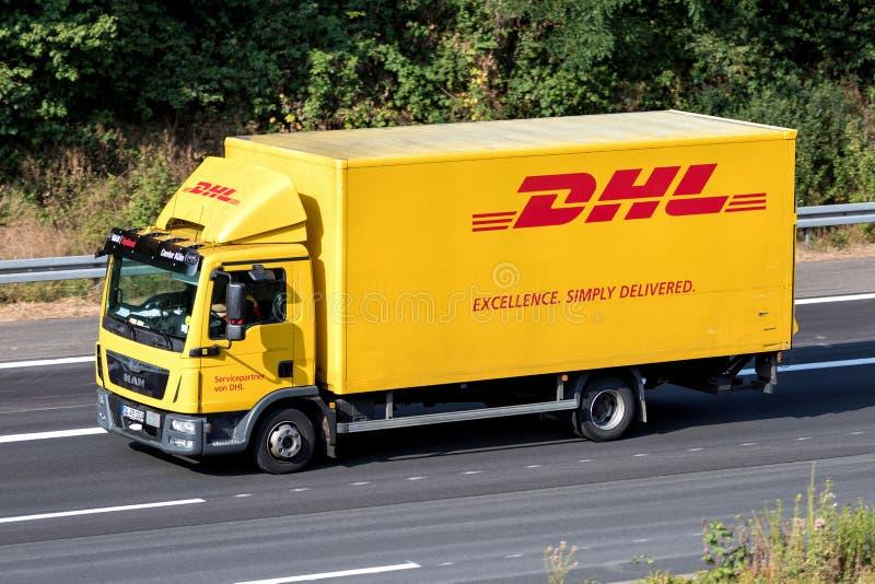 DHL-LKW auf Autobahn stockbild
