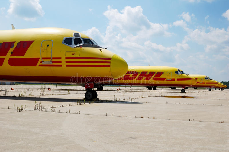 DHL Vliegtuigen stock afbeeldingen