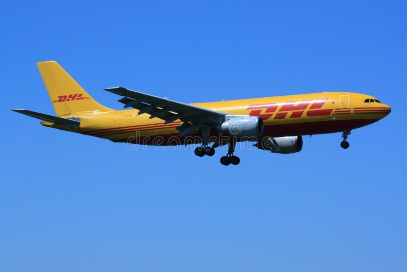 DHL vliegtuigen het landen stock foto's