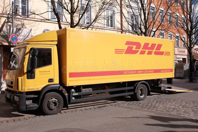 DHL vrachtwagen stock foto's