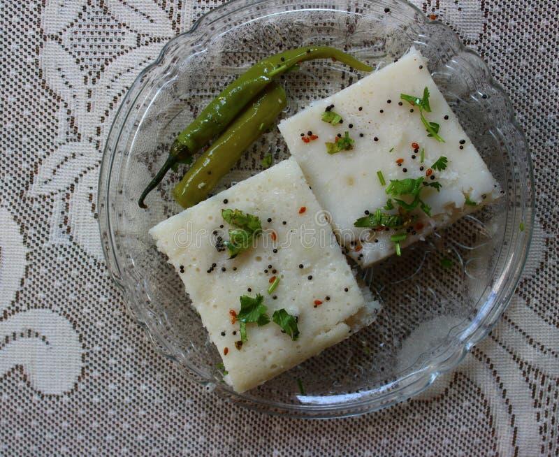 Dhokla del arroz en una placa imágenes de archivo libres de regalías