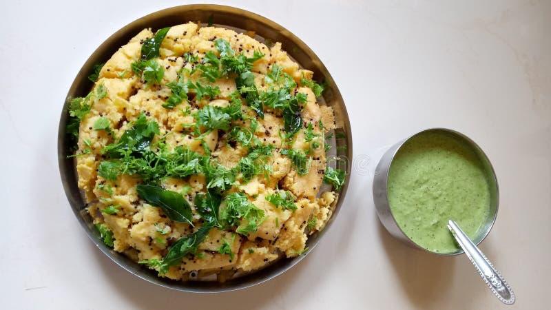 Dhokla en groen chutney stock foto