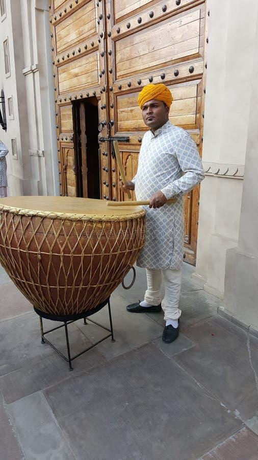 Dhol, o instrumento de percussão tradicional de Rajasthan imagens de stock