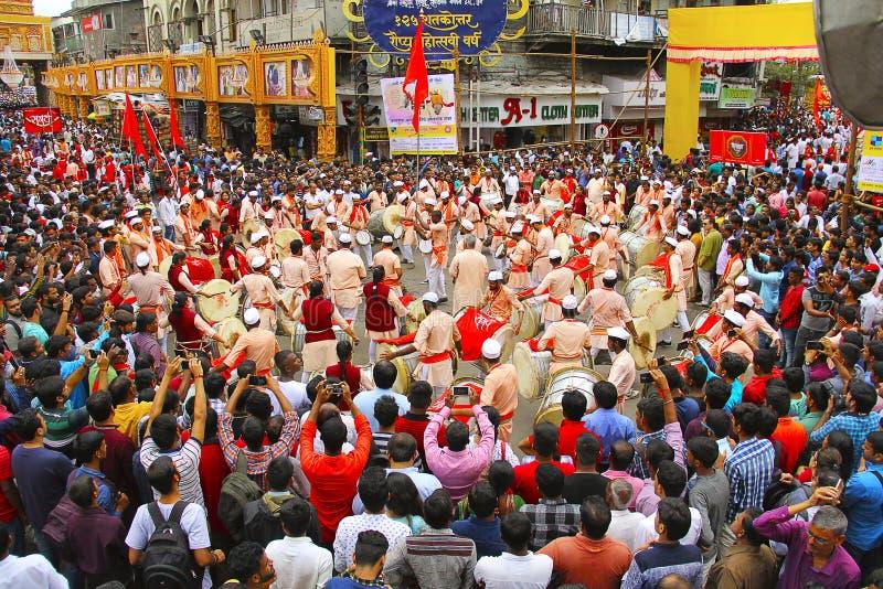 Dhol tashapathak med folkmassan som firar den Ganapati festivalen, Pune royaltyfria foton