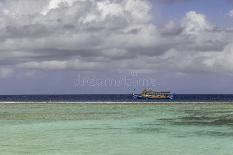Dhoni μπροστά από μια θαυμάσια παραλία στις Μαλβίδες στοκ φωτογραφίες
