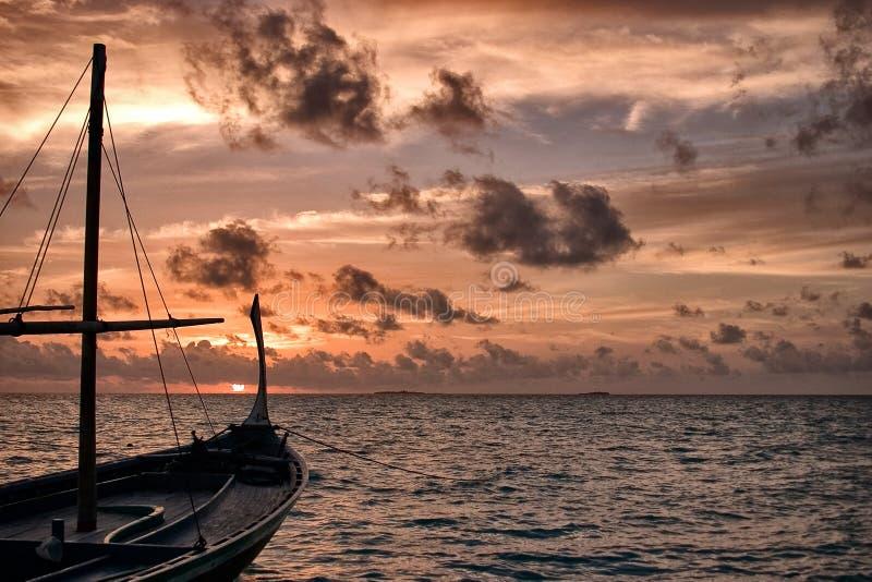 Dhoni στο ηλιοβασίλεμα στοκ εικόνες