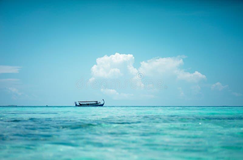 Dhoni - традиционная мальдивская рыбацкая лодка с изогнутым носом стоковое фото rf