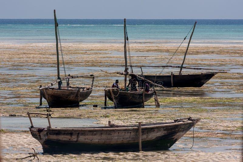 Dhow żeglowania tradycyjni naczynia wyrzucać na brzeg czekanie dla przybywającego zdjęcia stock