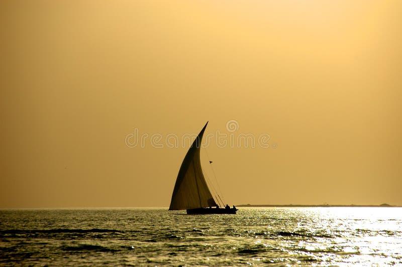 Dhow auf einem Sonnenuntergang lizenzfreies stockfoto