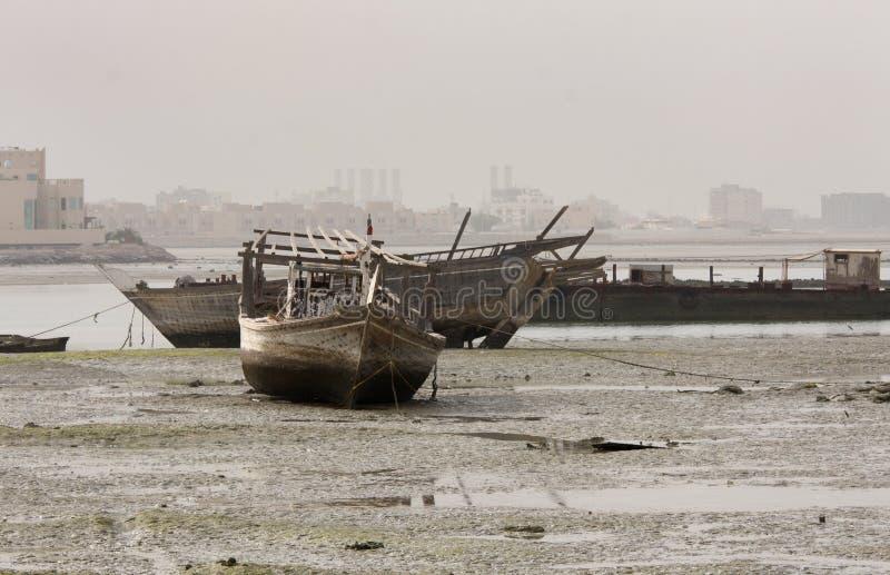 Dhow, barco de pesca que encontra-se na cama de mar na baixa maré fotos de stock