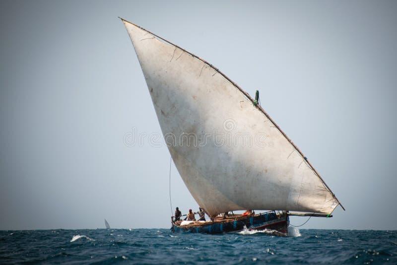 Dhow-Boot mit den Fischern, die auf den Indischen Ozean, Sansibar segeln lizenzfreie stockfotos