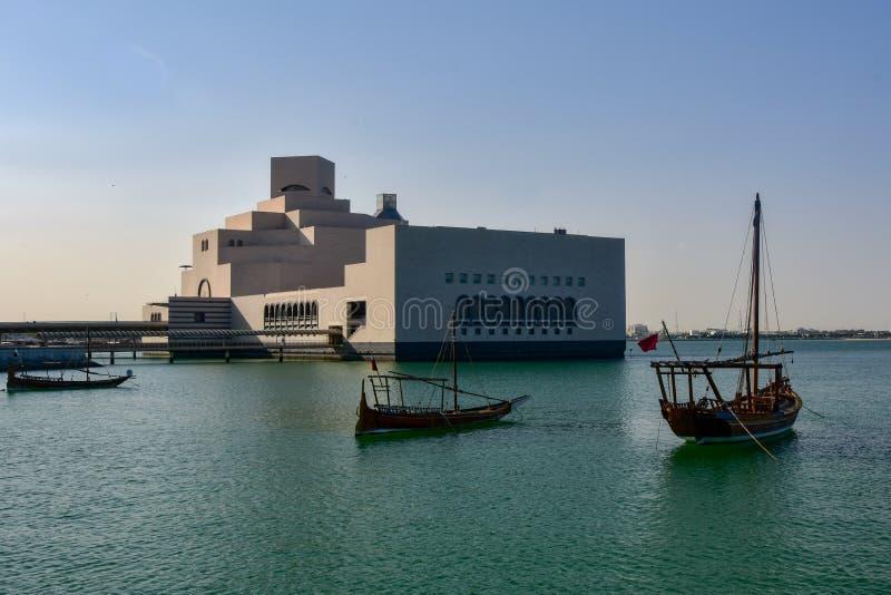 Dhow-Boote festgemacht vor Museum stockfoto