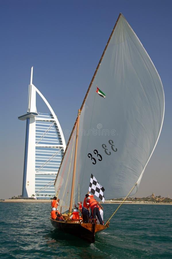 Dhow, der zum Burj Al-Araber segelt lizenzfreies stockfoto