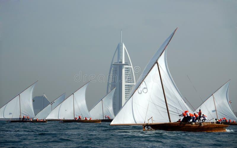 Dhow, der zum Burj Al-Araber segelt stockbild