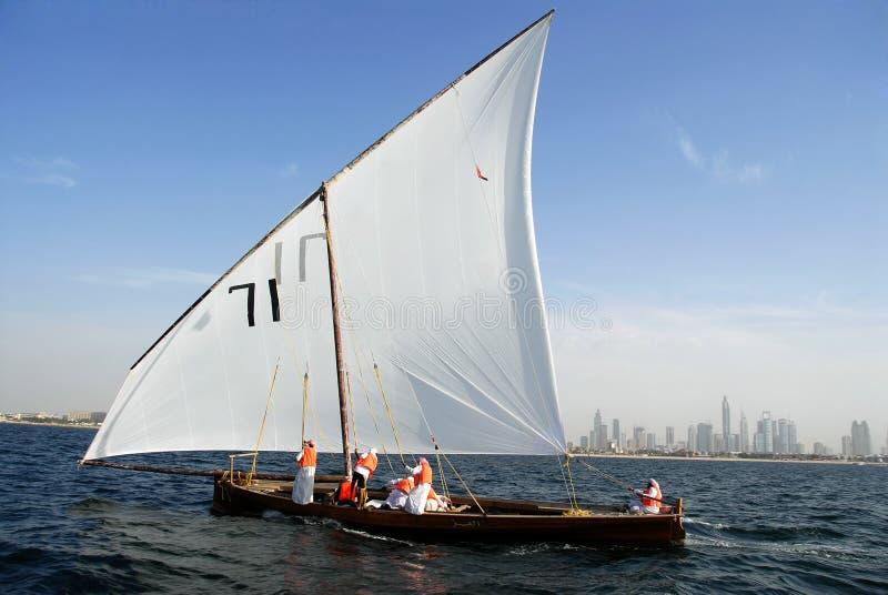 Dhow di navigazione contro il paesaggio urbano distante di Duba fotografie stock libere da diritti