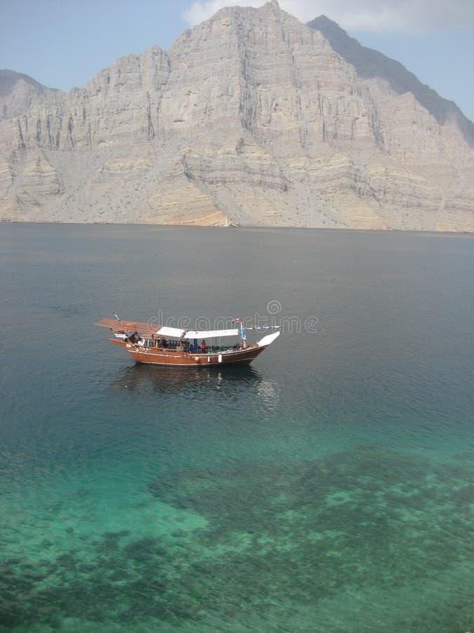 Dhow do turista em fiordes árabes do mar fotos de stock royalty free
