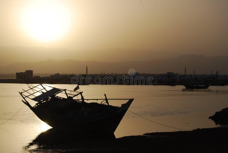 Dhow en la puesta del sol imagenes de archivo