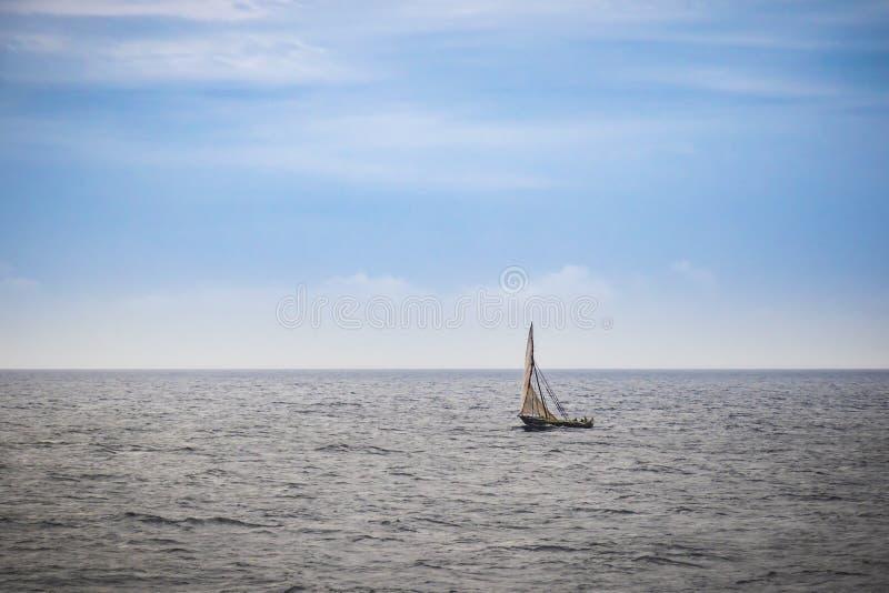 Dhow het houten vissersboot varen stock afbeelding
