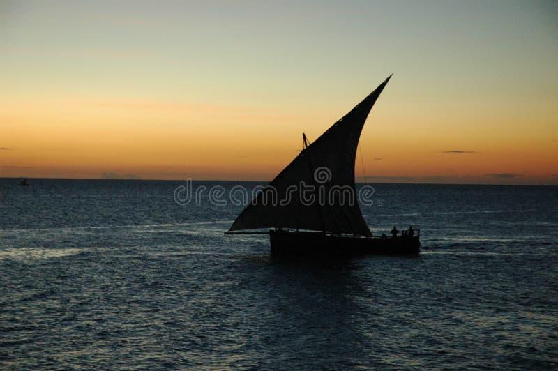 Dhow am Sonnenuntergang lizenzfreies stockbild