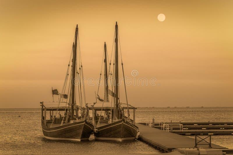 Dhow tradicional dos barcos no golfo árabe foto de stock