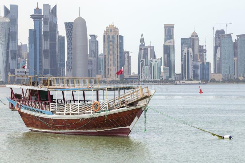 Dhow und Türme in Doha lizenzfreie stockbilder