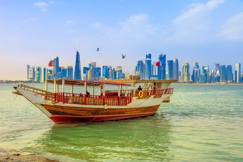 Dhow w Doha linia horyzontu zdjęcia royalty free
