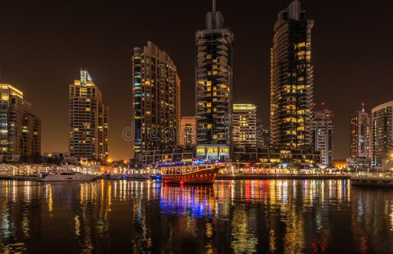 Dhowkryssningmatställen Dubai turnerar till den Dubai marina arkivbilder