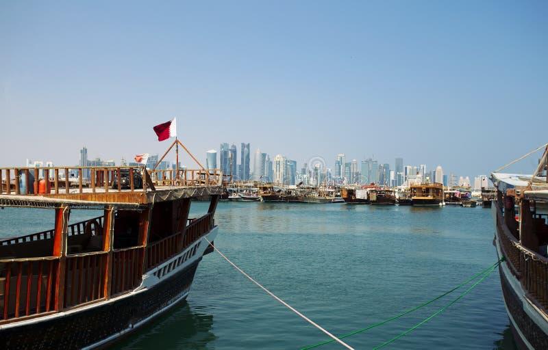 Dhows e torres em Doha foto de stock
