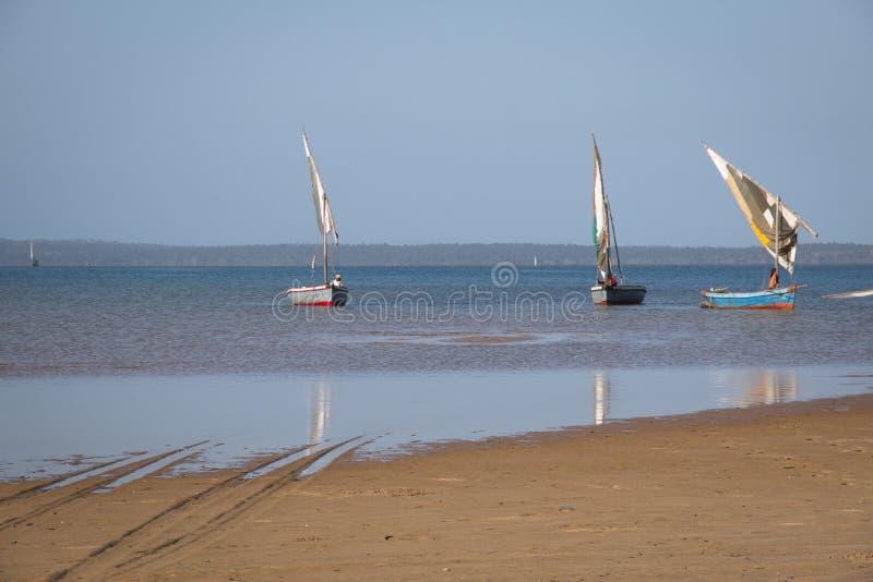 Dhows en la costa de Barra cerca de Tofo imagen de archivo libre de regalías