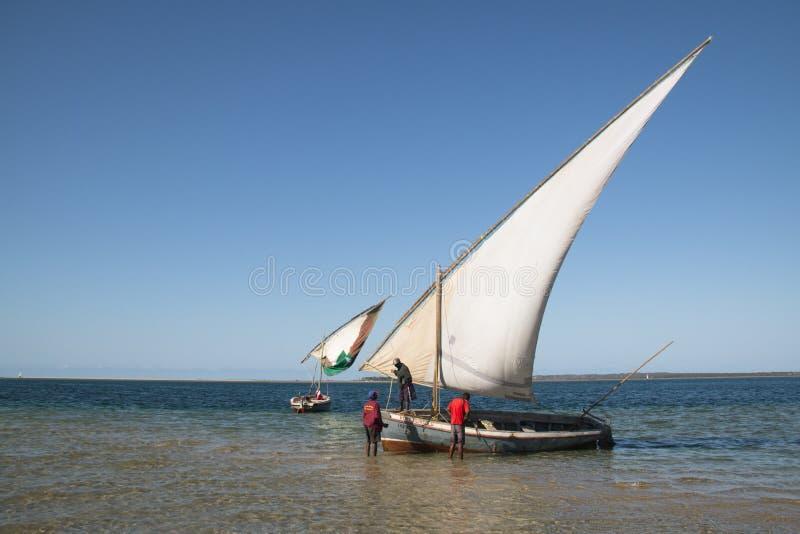 Dhows en la costa de Barra cerca de Tofo foto de archivo