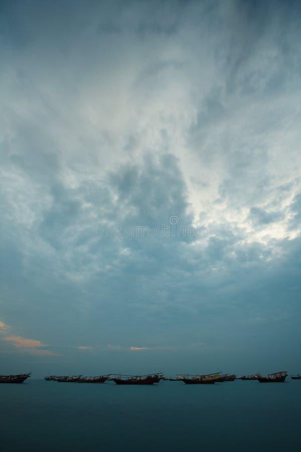 Dhows en la salida del sol imagen de archivo