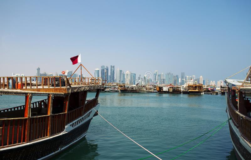 Dhows en torens in Doha stock foto