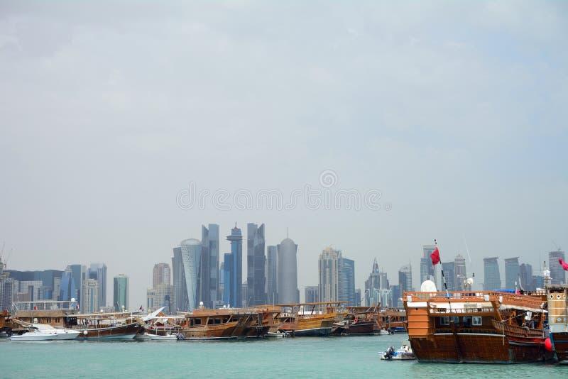 Dhows framme av nya Doha, Doha, Qatar royaltyfri foto