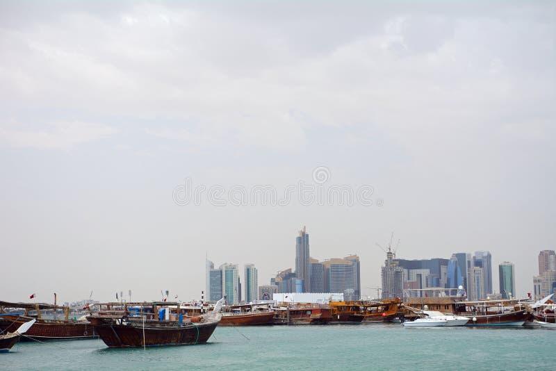 Dhows framme av nya Doha, Doha, Qatar royaltyfri bild