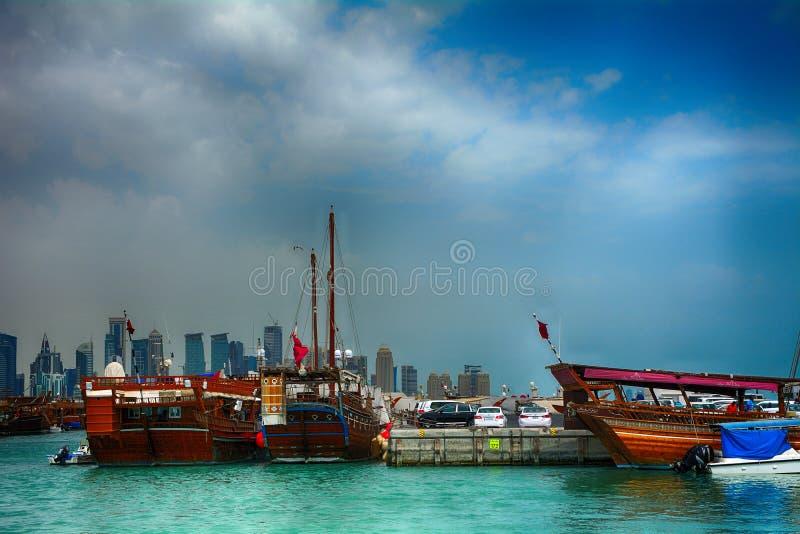 Dhows framme av nya Doha, Doha, Qatar royaltyfria foton