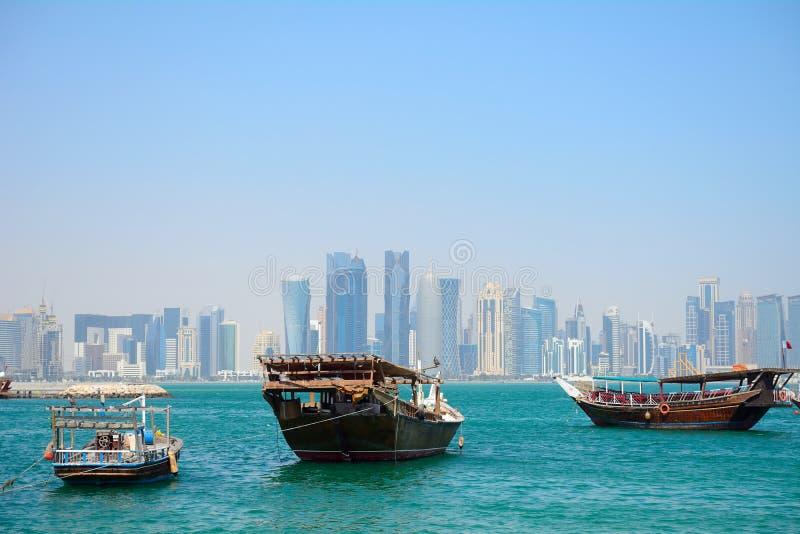 Dhows framme av skyskraporna av nya Doha, Qatar arkivfoton