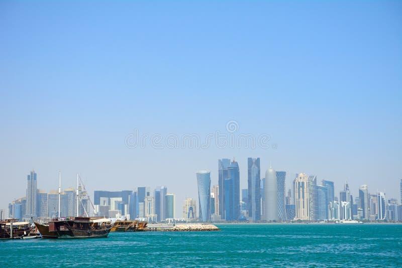 Dhows framme av skyskraporna av nya Doha, Qatar arkivbilder