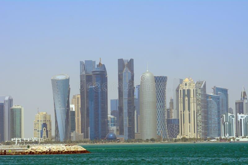 Dhows framme av skyskraporna av nya Doha, Qatar royaltyfri foto