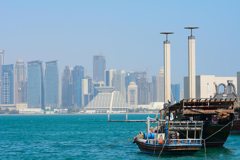 Dhows framme av skyskraporna av nya Doha, Qatar royaltyfri fotografi