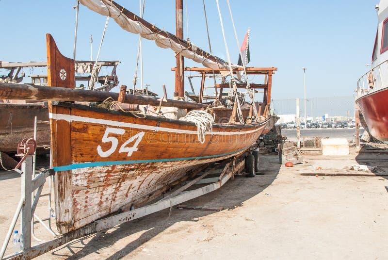 Dhows que compiten con tradicionales en Abu Dhabi fotos de archivo