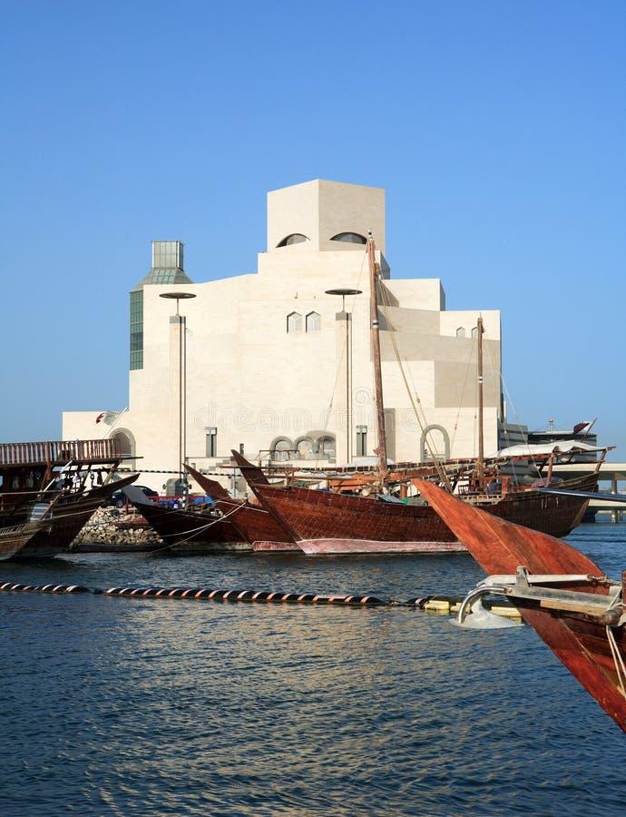 Dhows vor islamischem Museum stockbild