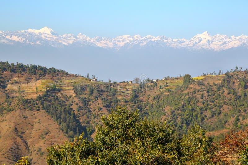 DHULIKHEL, NEPAL: Vista das montanhas Himalaias de Namobuddha perto de Dhulikhel imagens de stock royalty free