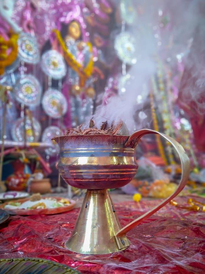 Dhunachi ist ein indisches Räuchergefäß, das in Verbindung mit indischem Weihrauch oder Dhuno allgemein verwendet ist stockfoto