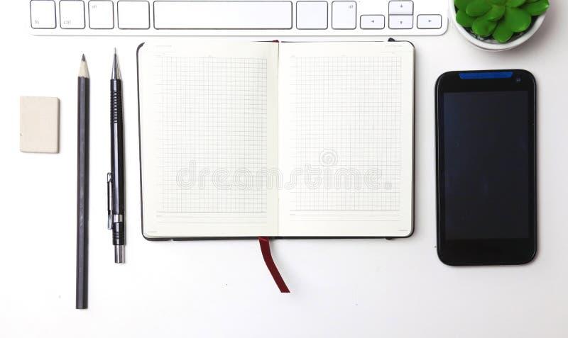 Diário aberto, um computador e um smartphone no desktop no o foto de stock royalty free