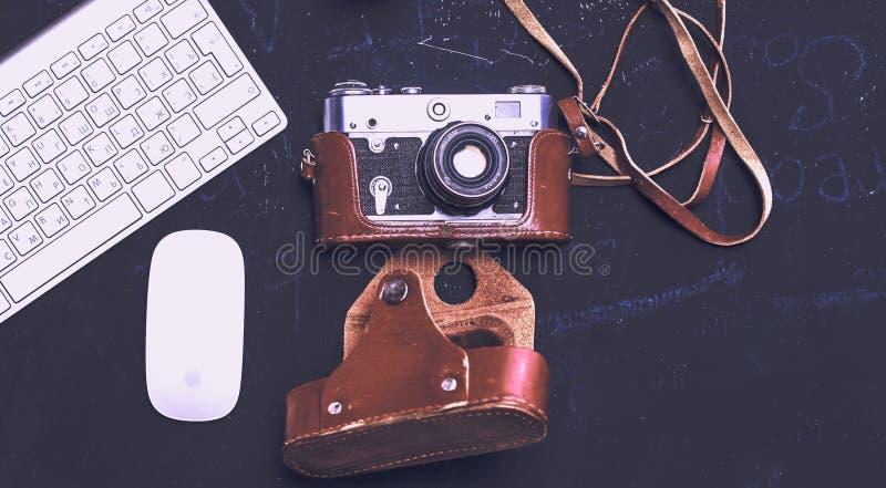 Diário aberto, um computador e um smartphone no desktop no o imagens de stock royalty free