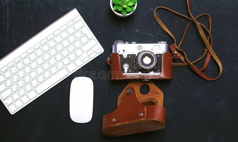 Diário aberto, um computador e um smartphone no desktop no o fotos de stock royalty free