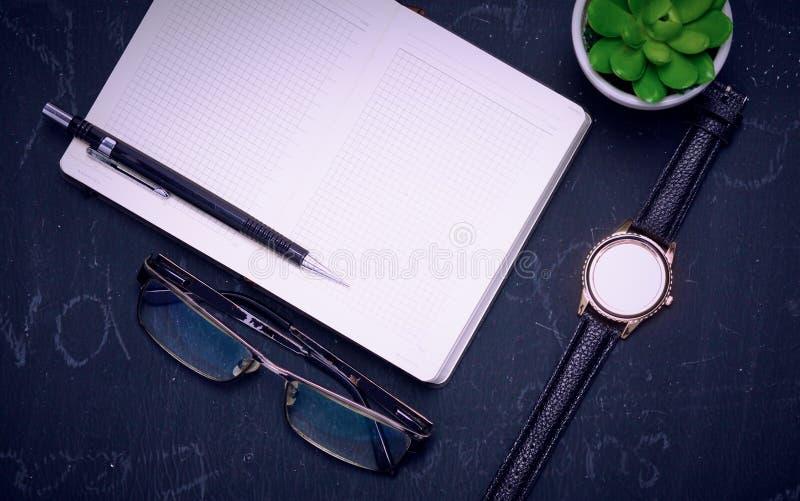 Diário aberto, um computador e um smartphone no desktop no o fotos de stock